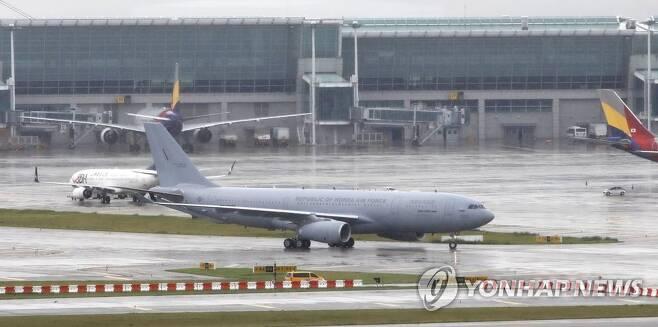 인천공항 도착한 이라크 파견 근로자 수송 공중급유기 (영종도=연합뉴스) 김도훈 기자 = 이라크 파견 근로자들을 태운 공군 공중급유기 'KC-330'이 24일 오전 인천국제공항에 착륙하고 있다.      지난해 도입된 KC-330이 재외국민 이송에 투입된 것은 이번이 처음이며 이날 KC-330 2대는 290여명의 파견 근로자들을 태우고 돌아왔다.  superdoo82@yna.co.kr