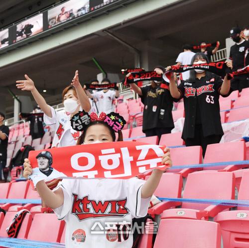 kt 위즈의 홈팬들이 26일 수원 NC전에서 마스크를 착용과 거리두리를 유지한 채로 응원을 펼치고있다. 김도훈기자 dica@sportsseoul.com