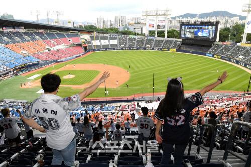 26일 잠실구장에서 KBO리그 두산과 LG의 경기가 유관중으로 진행된 가운데 팬들이 응원을 하고 있다. 잠실 | 박진업기자 upandup@sportsseoul.com