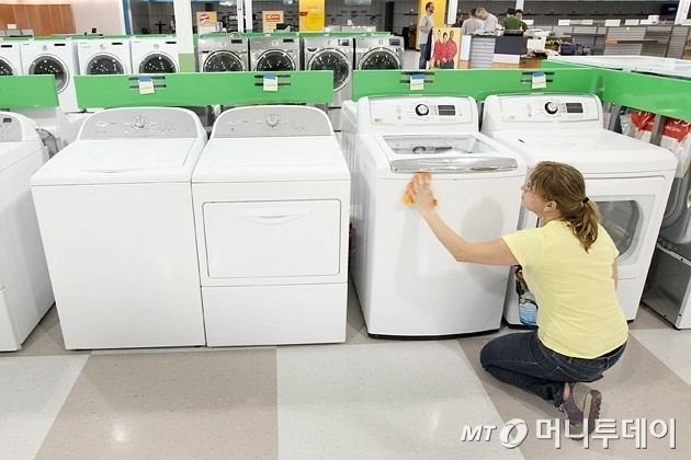 미국의 한 유통매장에서 직원이 세탁기를 관리하고 있는 모습/사진=머니투데이DB