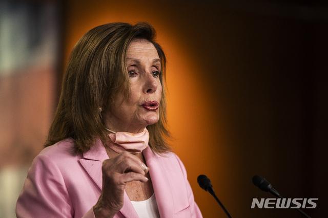 [워싱턴=AP/뉴시스]미국 민주당 소속 낸시 펠로시 하원의장이 지난 23일 기자회견에서 발언 중인 모습. 2020.07.27.