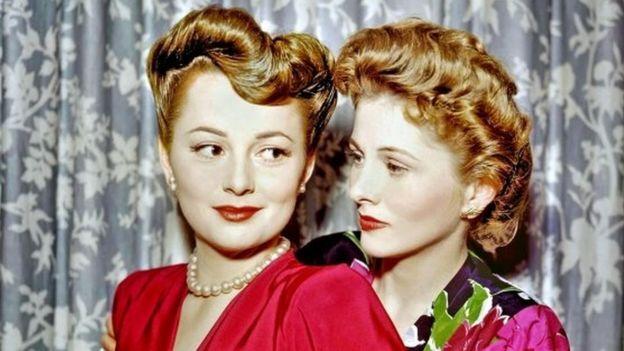어릴 적부터 죽을 때까지 끝내 화해하지 않은 것으로 유명한 할리우드의 자매 배우 드 하빌랜드(왼쪽)와 여동생 조앤 폰테인의 1945년 모습.AFP 자료사진
