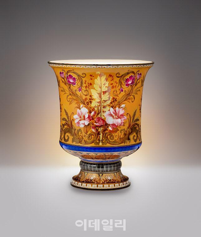 1886년 조·불수호조약 체결 기념으로 프랑스 사디 카르도 대통령에게 선물받은 백자 채색 살라미나(Salamis) 병(사진=문화재청)