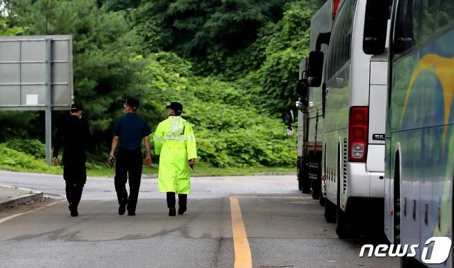 27일 오전 3시쯤 김포의 한 해외 입국자 임시격리시설 6층에서 베트남 국적 남성 3명이 완강기를 이용해 탈출했다. 경찰이 임시격리시설 주변을 수색하고 있다.2020.7.27/뉴스1 © News1 정진욱 기자