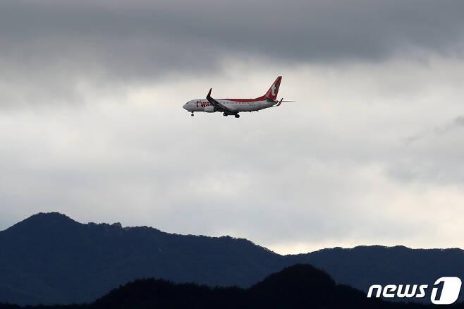 티웨이항공 여객기가 대구공항을 향해 비행하고 있다. . 2020.6.30/뉴스1 © News1 공정식 기자