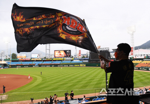 한화 이글스의 홈팬이 27일 대전 SK전에서 경기장에 입장해 깃발을 흔들고있다. 2020.07.27. 김도훈기자 dica@sportsseoul.com