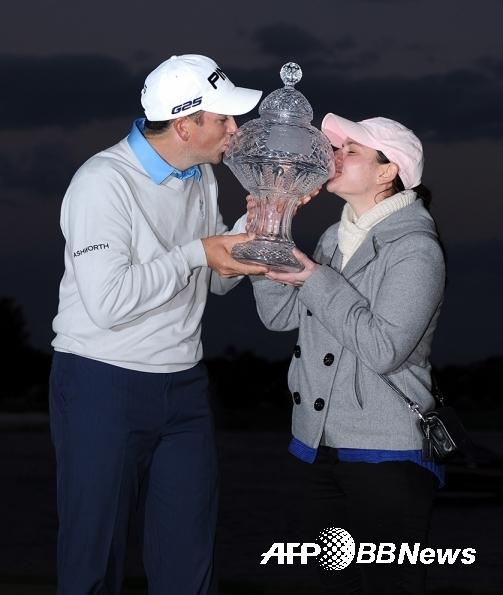 2020년 미국프로골프(PGA) 투어 3M오픈 골프대회에서 우승한 마이클 톰슨. 사진은 2013년 혼다클래식에서 첫 승을 올렸을 때 아내 레이첼과 기념 촬영하는 모습이다. ⓒAFPBBNews = News1