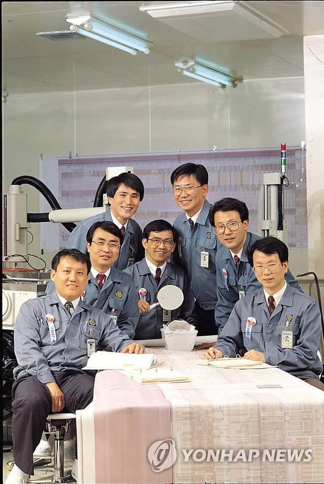 삼성전자 64메가 D램 개발진 왼쪽 네번째가 권오현 전 회장, 여섯번째가 전동수 전 사장(의료기기사업부장) [삼성전자 제공. 재판매 및 DB 금지]