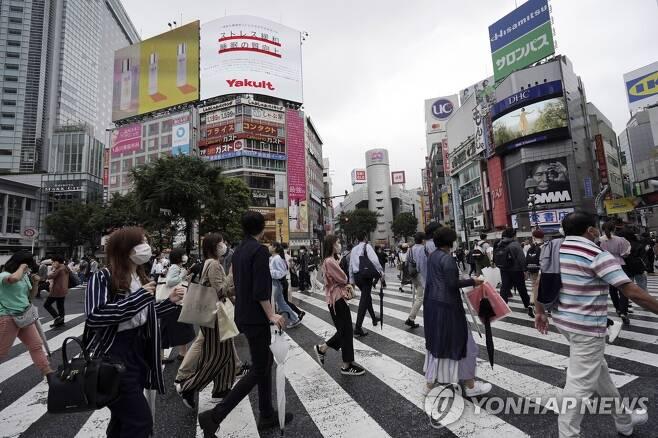 '코로나19 최다 기록' 경신하는 일본 도쿄의 번화가 행인들 [도쿄 AP=연합뉴스]
