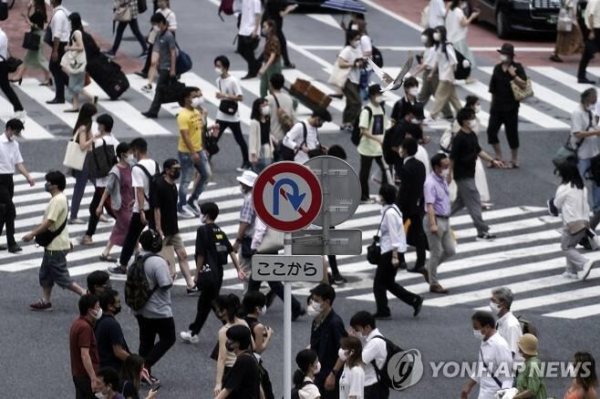 코로나19 마스크 쓰고 횡단보도 건너는 도쿄 시민들 (도쿄 AP=연합뉴스) 지난 21일 일본 도쿄 시민들이 신종 코로나바이러스 감염증(코로나19) 예방 마스크를 쓴 채 번화가인 시부야의 횡단보도를 건너고 있다. 이날 도쿄에서는 237명의 코로나19 확진자가 새로 확인됐다. leekm@yna.co.kr