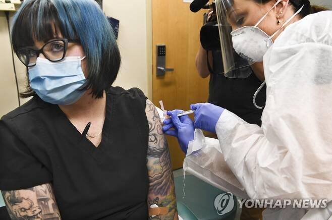 미 뉴욕주에서 모더나 백신 3상 임상시험에 참여한 피실험자 [AP=연합뉴스]