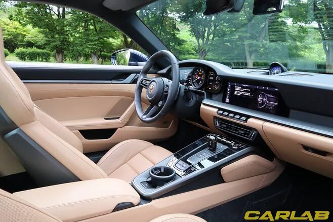 모델3와 상반되게 다양한 기능이 꾸려진 911 카레라 S