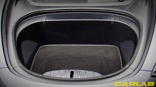모델 3 트렁크는 넓진 않아도 요긴하게 쓰인다
