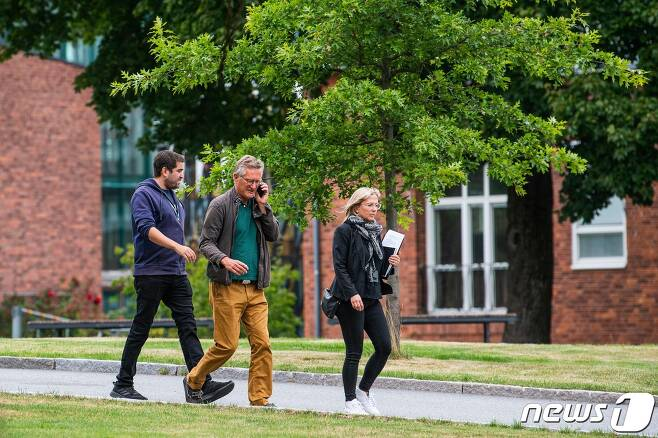 28일(현지시간) 코로나19 기자회견 장소로 가고 있는 안데르스 텡넬 스웨덴 공공보건청장. © AFP=뉴스1