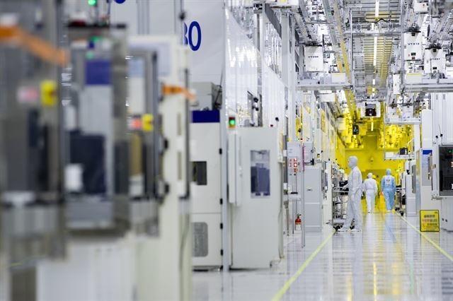 일본 정부의 수출 규제가 장기화하면서 한국에 생산 시설을 새로 짓거나 확충하는 일본 반도체 소재 기업들이 늘고 있다. 사진은 경기 화성시에 있는 삼성전자 반도체 공장 내부의 모습. 삼성전자 제공