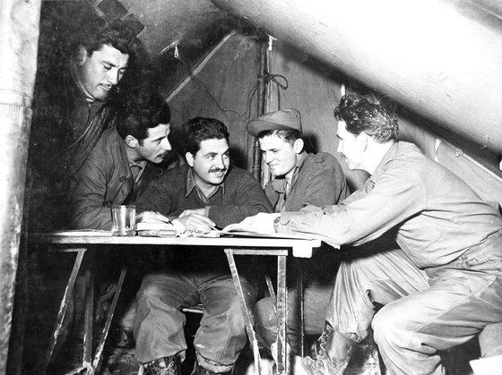 1951년 1월 9일 작전 논의하는 그리스군 장교 모습. 뉴스1