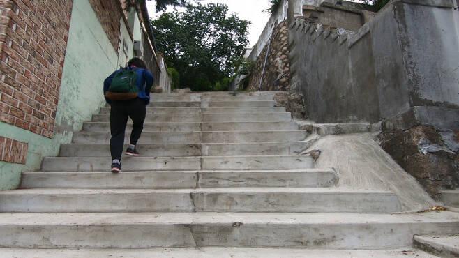 가스검침원 박현정씨(가명)가 검침을 하기 위해 계단을 오르고 있다. 박씨는 이 계단을 '죽음의 계단'이라고 부른다. 최유진 PD