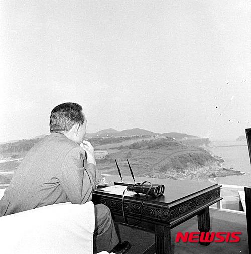 박정희 전 대통령이 1978년 9월 국방과학연구소 시험장을 찾아 한국 최초의 지대지미사일(백곰) 시험발사를 참관하는 장면. 2015년 6월 국가기록원이 공개했다. /사진제공=뉴시스(국가기록원 제공).