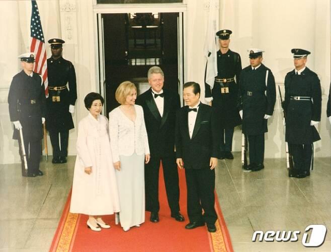 고(故) 김대중 전 대통령 이희호 여사가 1998년 미국 국빈 방문 중 빌 클린턴 대통령 내외와 만찬에 앞서 함께 한 모습. 사진제공=뉴스1(김대중평화센터 제공)