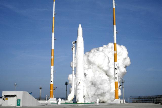 청와대는 28일 한미 미사일 지침 개정으로 우주 발사체에 대한 고체연료 사용 제한이 해제됐다고 밝혔다. 사진은 액체 1단 로켓을 이용해 2009년 8월 25일 발사됐던 첫 우주발사체 나로호(KSLV-I)가 나로 우주센터에서 발사되는 모습/연합뉴스
