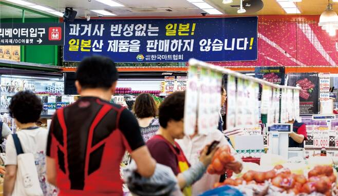 일본의 수출규제를 계기로 국내에서 일본 제품에 대한 불매운동 여론이 퍼지는 가운데, 지난해 7월9일 서울 은평구의 한 식자재 마트에 '일본 제품을 팔지 않는다'는 안내문이 걸려 있다. ⓒ 시사저널 최준필