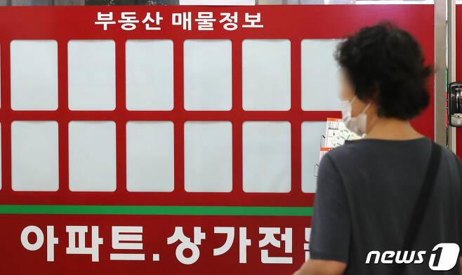 서울 송파구 아파트 단지의 한 부동산 사무소에 매물 정보란이 비어 있다./뉴스1 © News1 임세영 기자