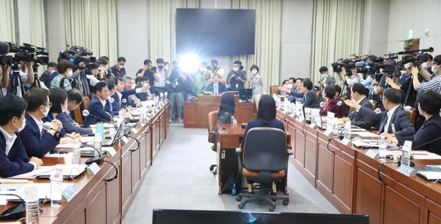29일 국회 운영위원회 전체회의에서 여야 의원들이 고성을 주고 받고 있다. 연합뉴스