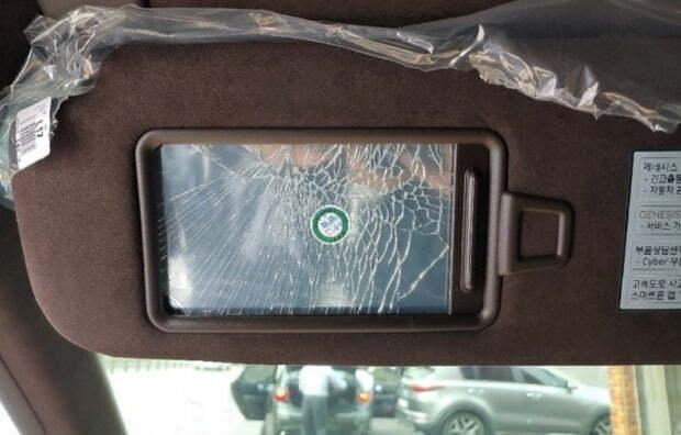 한 누리꾼이 거울이 깨진 채 출고됐다고 주장한 GV80 의 모습. 사진=인터넷 커뮤니티 캡쳐