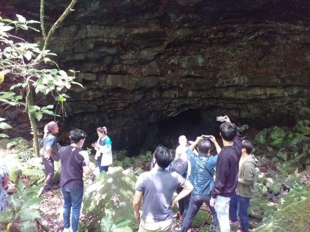 웃산전굴 입구. 용암 동굴의 지반이 약한 부분이 함몰되며 이렇게 동굴 입구가 만들어졌다.