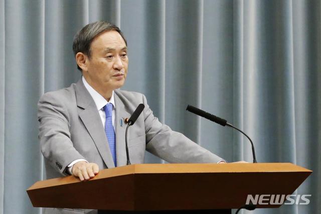 [도쿄=AP/뉴시스]스가 요시히데 일본 관방장관이 지난해 10월 18일 도쿄 총리 관저에서 기자회견을 가지고 발언하고 있다. 2020.07.30.