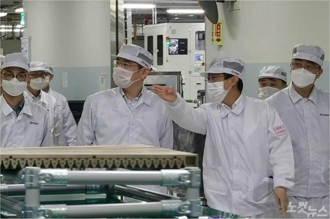 이재용 부회장이 16일 삼성전기 부산사업장을 찾아 차세대 패키지 기판 생산 공장을 살펴보고 있다. (사진=삼성전자 제공)