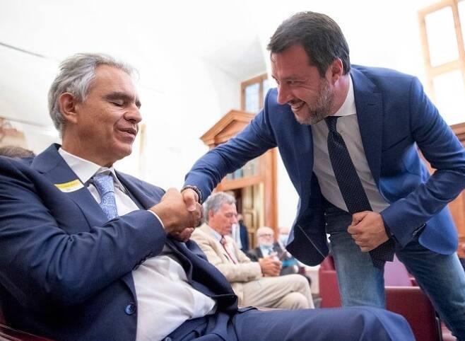 지난 27일(현지시간) 코로나19 관련 콘퍼런스에서 극우 정당 동맹의 마테오 살비니(우)와 악수를 나누는 안드레아 보첼리. [ANSA 통신]