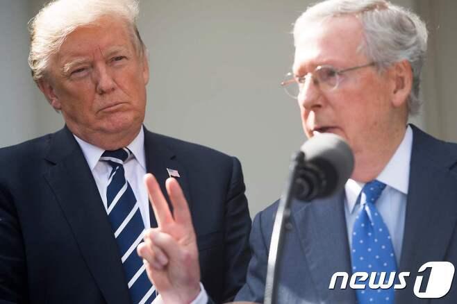 도널드 트럼프 미국 대통령(우)과 미치 매코널 상원 원내대표. © AFP=뉴스1