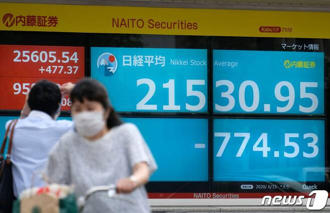 일본 도쿄증권거래소 시세전광판. © AFP=뉴스1