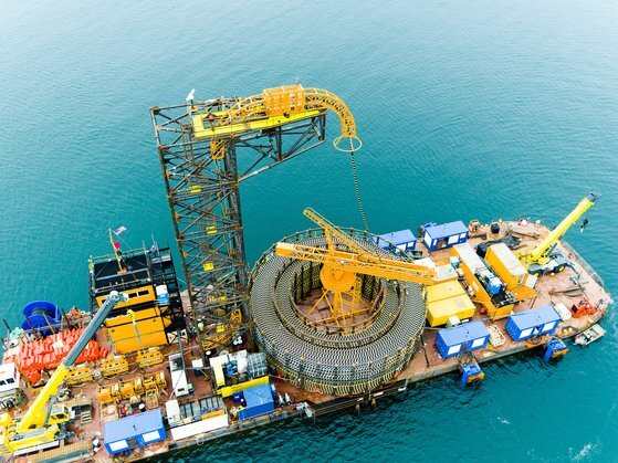 LS전선의 해저 광케이블이 선박에 선적되고 있다. [사진 LS전선]