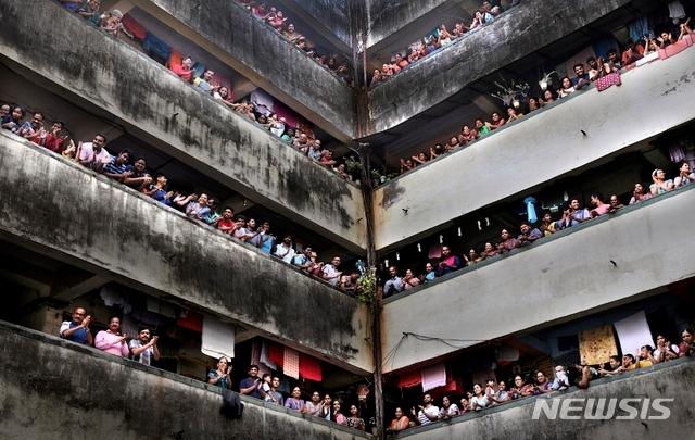 인도 최대도시 뭄바이의 한 아파트 주민들이 지난 5월 코로나19 의료진에게 감사의 박사를 보내고 있다. AP뉴시스