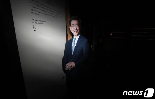 박원순 서울시장이 실종신고 7시간만에 사망한 채 발견된 가운데 10일 오전 서울시청 시장실 앞에 환하게 웃고 있는 박 시장의 사진이 보이고 있다. 2020.7.10/뉴스1 © News1 이성철 기자