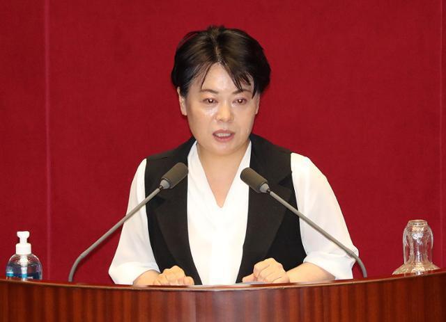 윤희숙 미래통합당 의원이 30일 오후 국회에서 열린 제380회국회(임시회) 제7차 본회의에서 자유발언을 하고 있다. 뉴스1