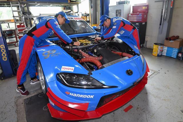 17일 경기 용인시 CJ로지스틱스 레이싱팀 미캐닉들이 경주용 차량을 정비하고 있다. 정준희 인턴기자