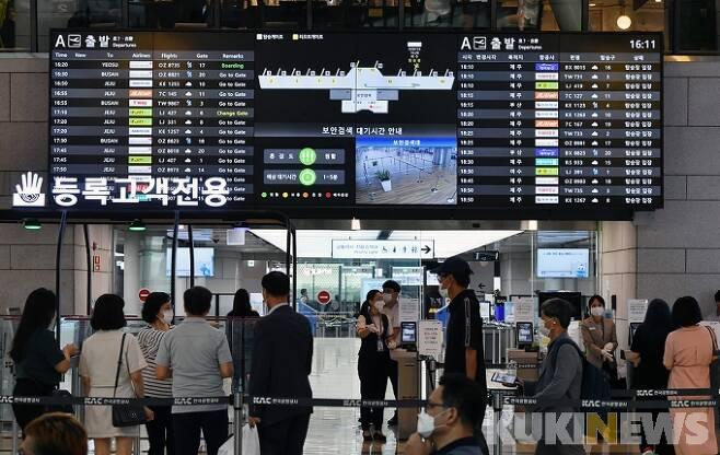 지난달 29일 오전 서울 강서구 김포공항 국내선 터미널에서 이용객들이 탑승 수속을 하고 있다.