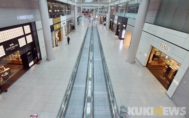 지난달 28일 오전 인천국제공항 1터미널 면세점이 코로나19 여파로 텅 비어 있다.