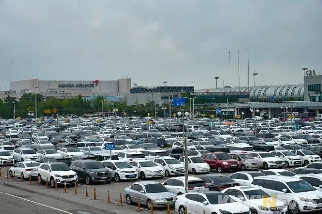 지난달 29일 오전 서울 강서구 김포공항 국내선 청사 주차장이 여행객들이 타고 온 차량으로 가득 차 있다.