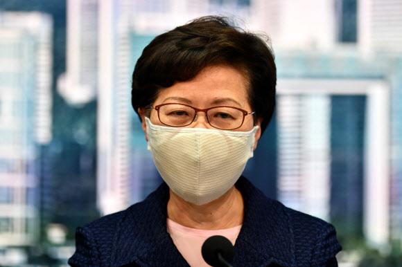입법회 의원 선거 연기 밝히는 캐리 람 홍콩 행정장관 - 캐리 람 홍콩 행정장관이 31일 정부 청사에서 기자회견을 하고 있다. 람 장관은 신종 코로나바이러스 감염증(코로나19) 환자가 증가하고 있다는 이유로 오는 9월로 예정된 입법회 의원 선거를 연기할 것이라고 밝혔다. 2020.7.31 AFP 연합뉴스