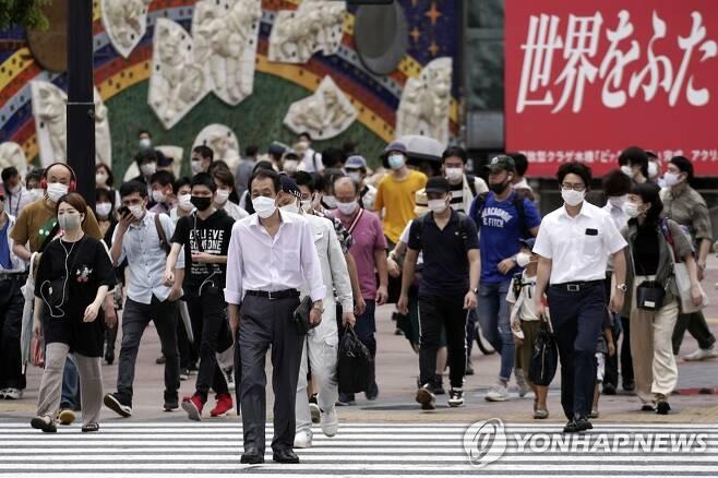 도쿄, 코로나19 신규 확진 400명 넘어서…이틀 연속 '최다' (도쿄 AP=연합뉴스) 일본 도쿄에서 신종 코로나바이러스 감염증(코로나19) 하루 신규 확진자가 처음으로 400명을 넘어선 지난달 31일 도쿄 시민들이 마스크를 착용한 채 번화가인 시부야의 횡단보도를 건너고 있다. 도쿄도의 이날 신규 확진자는 463명으로, 이틀 연속 일일 기준 최다 기록을 세웠다. leekm@yna.co.kr