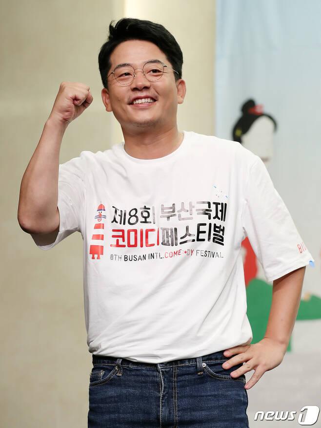 개그맨 김준호가 3일 오전 서울 마포구 스탠포드 호텔 서울에서 열린 '제8회 부산국제코미디페스티벌(BICF)' 기자회견에서 포즈를 취하고 있다. 올해로 8회를 맞는 부산국제코미디페스티벌은 아시아 최대 코미디 페스티벌로 8월 21일부터 8월 30일(일)까지 열흘간 부산 영화의전당 야외극장과 수영 요트 경기장 등지에서 펼쳐진다. 2020.8.3/뉴스1 © News1 김진환 기자