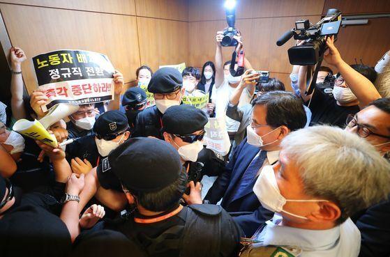 구본환 인천공항 사장이 직원들의 항의를 받는 모습. 연합뉴스