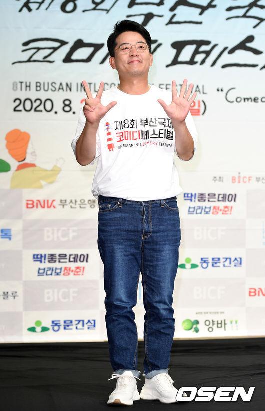 [OSEN=이대선 기자] 3일 서울 마포구 스탠포드호텔 서울에서 제 8회 '부산국제코미디페스티벌(BICF)' 기자회견이 열렸다.집행위원장을 맡은 개그맨 김준호가 포토타임을 갖고 있다. /sunday@osen.co.kr