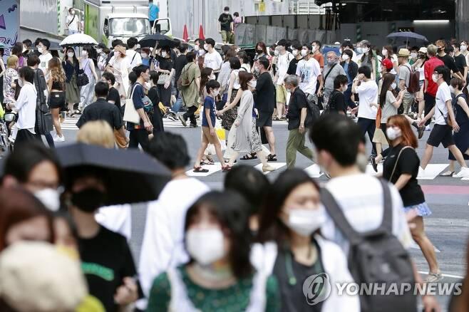 코로나19에도 인파로 붐비는 도쿄 거리 (도쿄 교도=연합뉴스) 신종 코로나바이러스 감염증(코로나19) 예방 마스크를 쓴 사람들이 2일 일본 도쿄의 중심가를 걷고 있다. 일본에서는 코로나19 누적 확진자수가 급증하고 있어 통제가 불가능한 수준까지 치달을 수 있다는 우려가 커지고 있다. 도쿄에서는 이날도 290여명의 신규 확진자가 발생했다. sungok@yna.co.kr