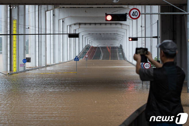 3일 중부지방에 집중되고 있는 폭우로 한강수위가 상승, 서울 잠수교 일대가 침수로 통제되고 있다. 잠수교는 이틀째 차량과 보행자 통행이 전면 금지됐다. 서울시는 잠수교 지점 수위가 5.5m에 이르면 보행자 통행을 막고 6.2m를 넘으면 차량 통행을 제한한다. 2020.8.3/뉴스1 © News1 유승관 기자