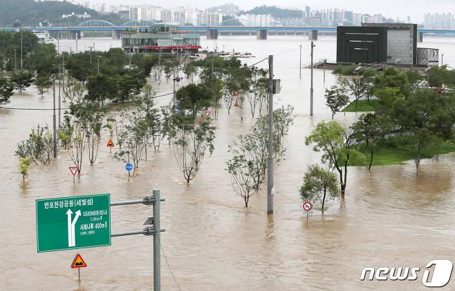 3일 서울 서초구 반포한강공원이 주말부터 수도권과 중부지방을 강타한 폭우의 여파로 물에 잠겨 있다. 기상청은 오는 6일부터 10일까지 중부지방에 비가 오고 서울과 경기도 강원영서는 오는 13일까지 줄곧 비가 내릴 것으로 이날 예보했다. 2020.8.3/뉴스1 © News1 민경석 기자